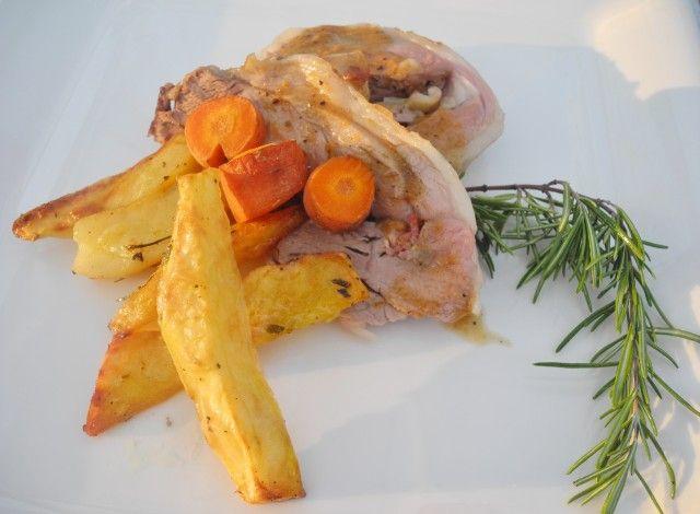 Ecco la ricetta del cosciotto d'agnello ripieno di pancetta coppata e Tuma Persa, cotto in forno e servito con il suo fondo di cottura.