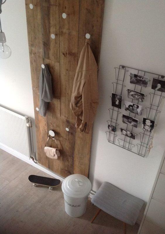 Garderobe, minimalistischer Eingangsbereich mit Holz und Postkarten oder als Fotowand