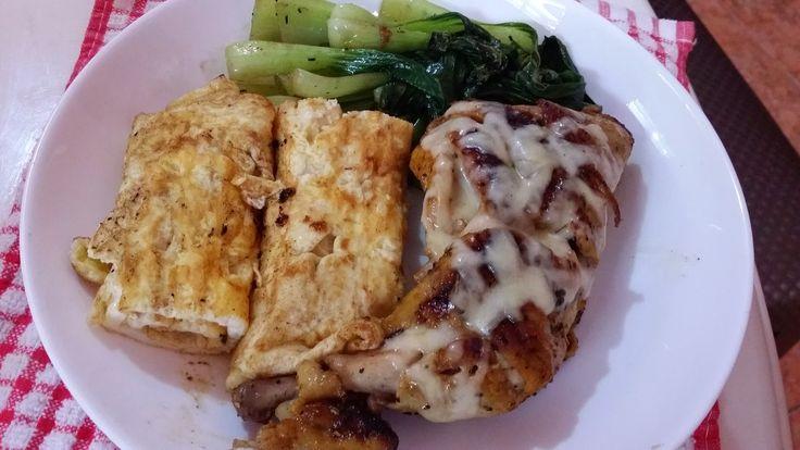 Ayam grill + telur dadar + sawi + taburan mozarella cheese