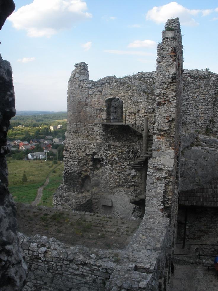 """Sceneria iście z """"Zemsty"""" Aleksandra Fredry, przypominająca stary  zamek w Odrzykoniu, zamieszkiwany  przez Cześnika Raptusiewicza i Rejenta Milczka. Ci dwaj panowie nie mogli znaleźć wspólnego języka. Jednym z ich problemów był graniczny mur. W trakcie zwiedzania zamku oczami wyobraźni widziałem Cześnika, który na wieść o naprawie muru krzyczał:  """"Trzech wybiję, a mur zburzę,  Zburzę, zniszczę aż do ziemi!""""  Fot. Genek Boguś"""