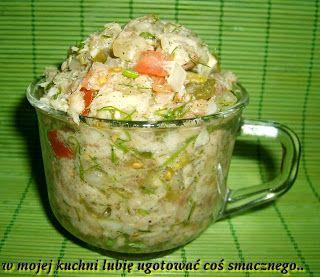 W Mojej Kuchni Lubię..: sałatka z makreli z małosolnym, pomidorem,cebulą.....