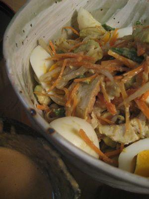 本格的インドネシアサラダ「ガドガド」       ピーナッツバターを使って簡単ですが味は本格的なガドガドを作りました。 つけだれにもよし、なかなかいい味! お野菜も沢山いただけますね。 林ゆう子  材料 厚揚げ 1枚 ゆで卵 2個 いんげん・もやし 各1袋 人参 1/3本 アボガド 1個 ■ ※ピーナッツソース ピーナッツバター 大さじ4~5 たまねぎ 1/4個 にんにくすりおりし 1片 しょうがすりおろし 1片 オイスターソース 大さじ1 醤油 大さじ1 ナンプラー 大さじ1 砂糖 小さじ1 唐辛子ペースト 小さじ1 水 75cc
