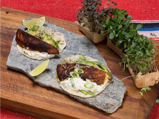 Sotet laksetaco med vårløk, avokado og spirer