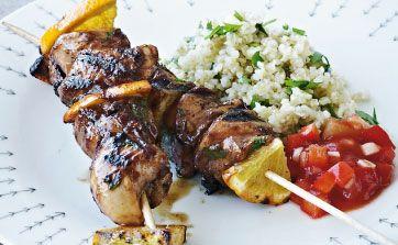 Den saftige kylling grillet i en skøn marinade smager godt med den krydrede salsa til. Sukkeret i marinaden giver en fin, karamelliseret overflade