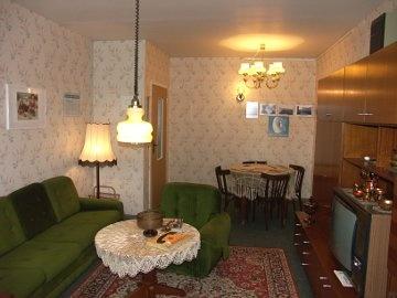DDR (former East Germany) apartment. Small, cozy, and looks like Japanese Danch room!! In einer solchen Wohnung wohnte eine Familie mit ein oder zwei Kindern. berlin.de