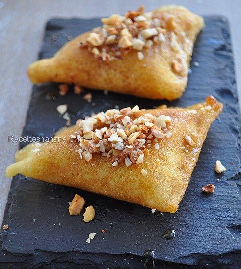 Cette recette est une pure merveille, un mélange de tradition et de modernité, on ne dirait pas des baghrirs, ça ressemble plutôt à des samoussas ou briouates, mais ce n'est absolument pas le cas, ce sont bien des baghrirs fourrés aux fruits secs, badigeonnés...