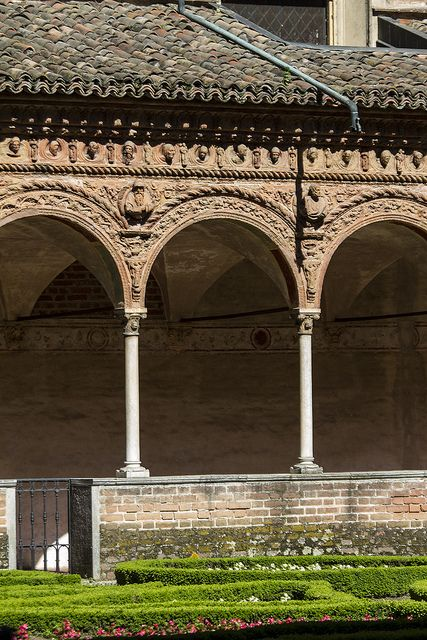 the elegant slender columns of the Certosa di Pavia, Chiostro, Lombardia Italy #renaissance #architecture