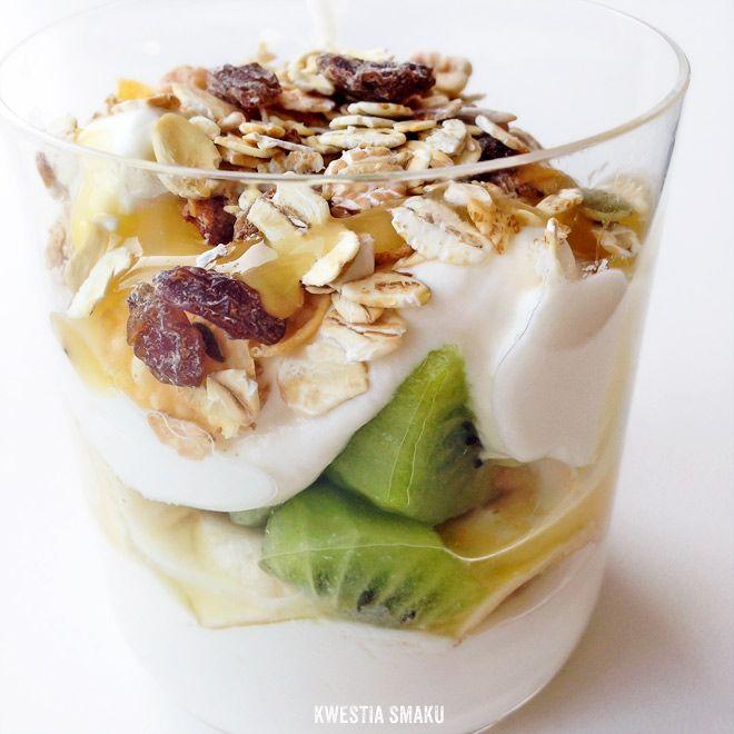 A może zamiast lunchu na ciepło zjeść jogurt z owocami, miodem i musli od @Kwestia Smaku