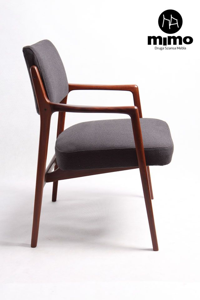 Fotel skandynawski.  Rama mebla wykonana z olejowanego drewna tekowego, obicie - popielata tkanina wełniana.
