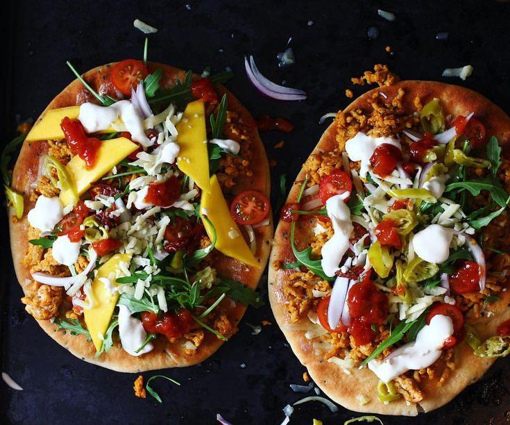 naan bröd med kylling, massa annat gott o härlig vitlökssås med créme fraîche från #skånemejerier 👌🏻😍 #vitpizza#skånemejeriet#naanbröd#kyckling#pizza#middag#lunch#pitabröd#pita#fav#blogg#recept#lök#sallad
