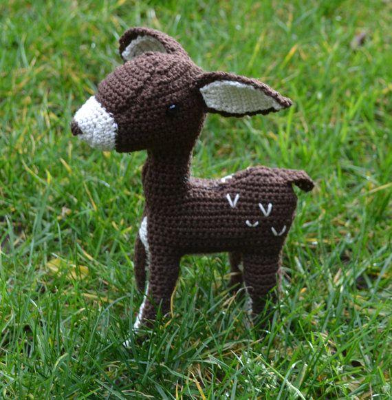 """Dit lieve hertje heet """"Bambi"""". Bambi is een beetje verlegen, maar als hij eenmaal je vriendje is geworden, speelt hij altijd graag mee. Bambi is de prins van het bos. Maar totdat hij volwassen is en zich met serieuze dingen moet bezig houden, heeft hij nog genoeg tijd om plezier te maken met alle dierenvriendjes uit het bos."""