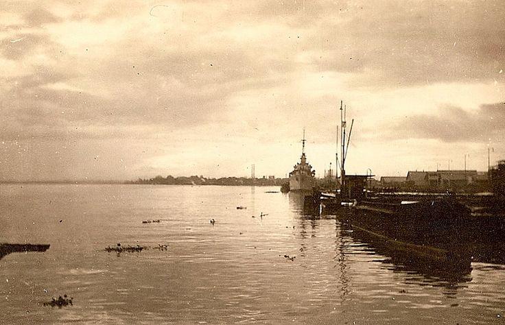 Vergezicht op de Moesi met de BPM-steiger te Pladjoe, achterste boot de torpedobootjager Piet Hein, november 1946.