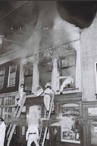 Havenstraat ,brand boven de petroleumwinkel van Van Rooijen