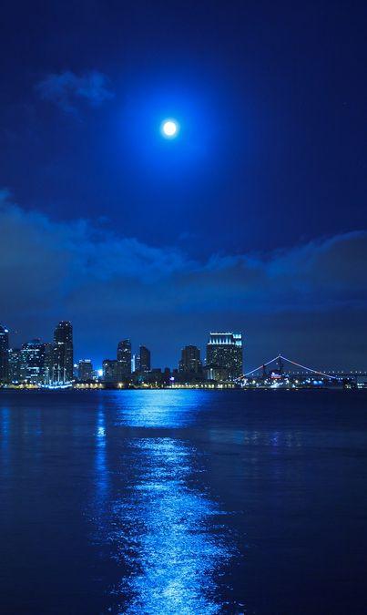 Moonlight Blues, San Diego, California  Estes viernes por la noche sali y la luna llena estaba bellisima de color amarillo.   Me dio mucha nostalgia por ser semana santa...la ultima vez que estuve en Ica ...año 1990.