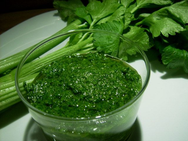 Ricette foglie di sedano - Cosa fare con le foglie di sedano che avanzano nel nostro frigo? Ecco due ricette gustose ed economiche: il pesto e le frittelle