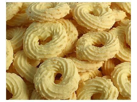 Biscoito Amanteigado coco - 200 gr de amido de milho 5 colher(es) (sopa) de farinha de trigo 1 1/2 xícara(s) (chá) de manteiga 3 colher(es) (sopa) de coco ralado(s) 4 colher(es) (sopa) de açúcar
