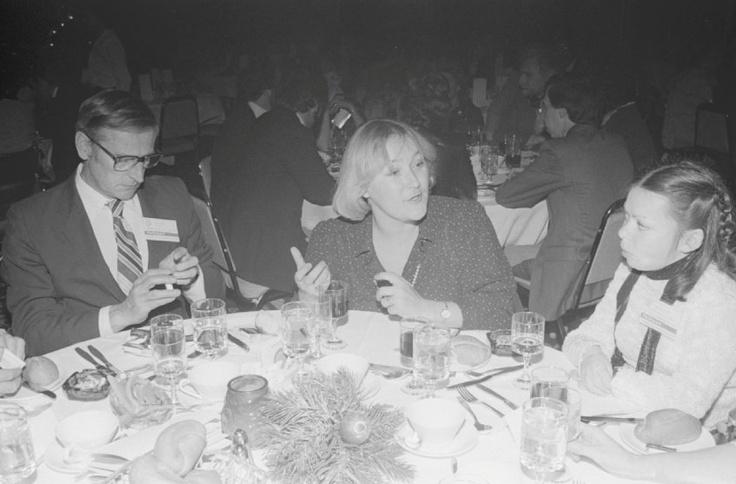 Pauline Marois en 1981, conférence sur l'intégration des handicapés au travail. BAnQ, Centre d'archives de Montréal, Fonds Ministère de la Culture, des Communications et de la Condition féminine (E6,S7,SS1,D810326 À 810328)