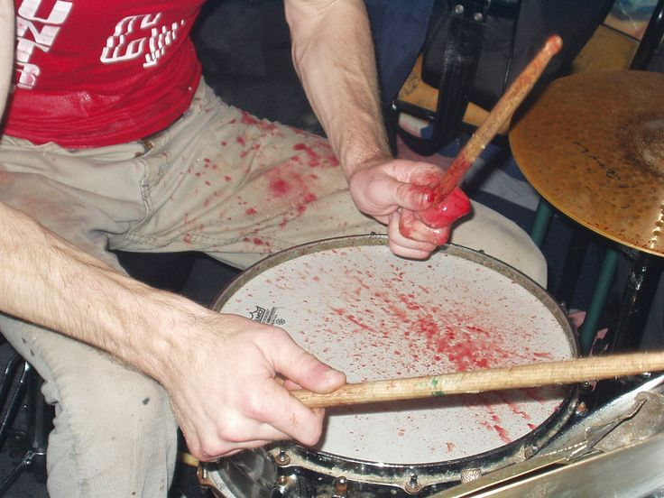 Live - 2004/04/01, Les Dispensés, Paris Zach slit his finger open on his drumkit and kept playing at least 10 minutes, until the show was over...