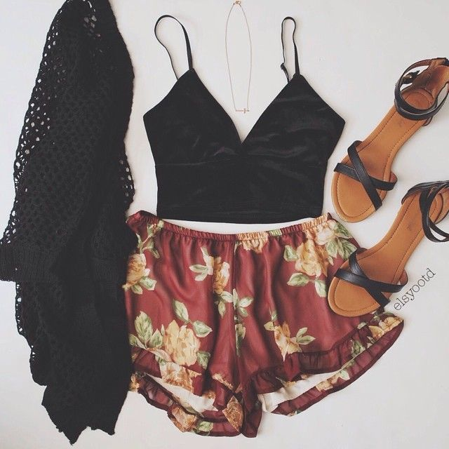 Primavera / Spring Outfit / Summer Outfit Crop top, flowy shorts, sandals, and a loose cardigan