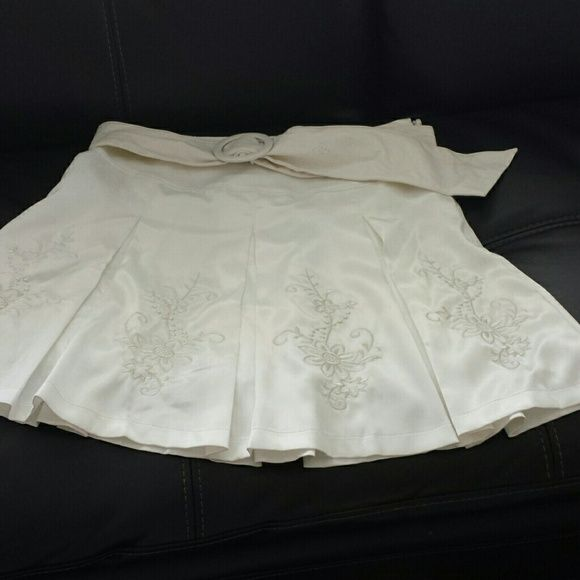 White pleated skirt Beautiful white pleated skirt embroidery in front adjustable belt . 35% cotton 65% polyester M O.A Skirts