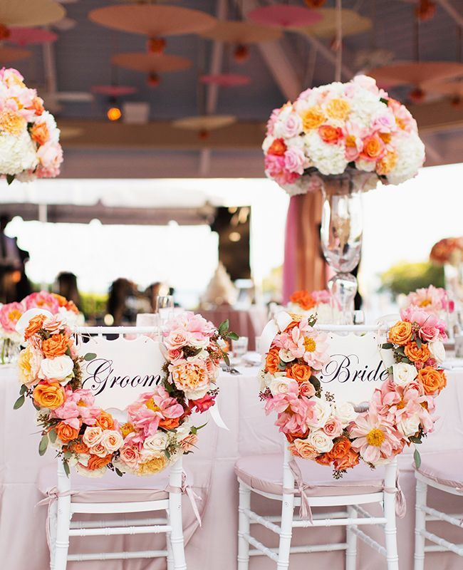 chaises maries blanches et couronnes de fleurs