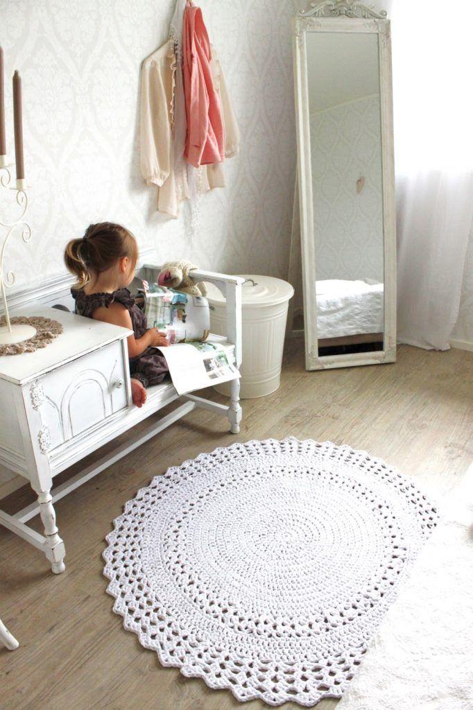 tapete de barbante croche no quarto infantil ambiente decorado circular branca nórdico escandinavo vintage