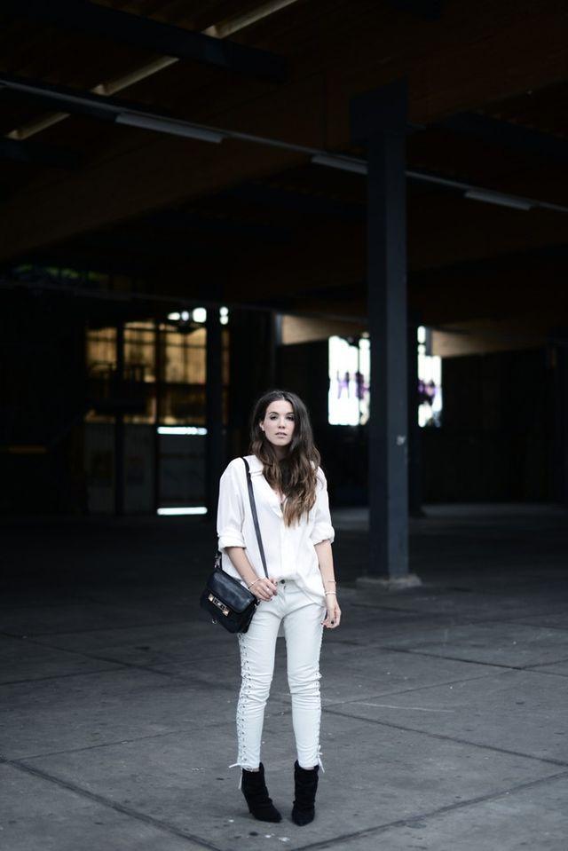 Witte broek, witte blouse ,zwarte enkellaarsjes en zwarte tas