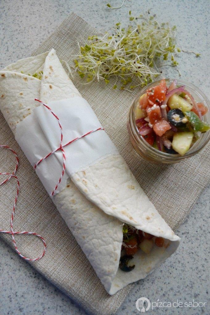 Wraps de ensalada mediterránea con hummus | http://www.pizcadesabor.com/2015/01/12/wraps-de-ensalada-mediterranea-con-hummus/