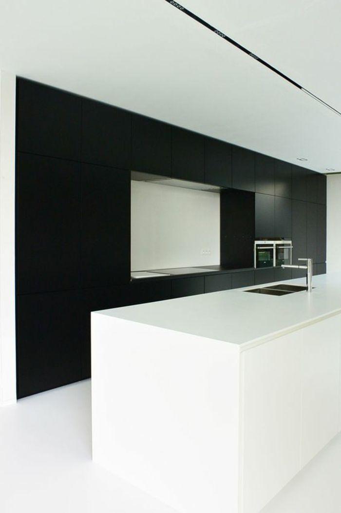 cuisine noire cubique avec des niches totalement bicolore noir et blanc