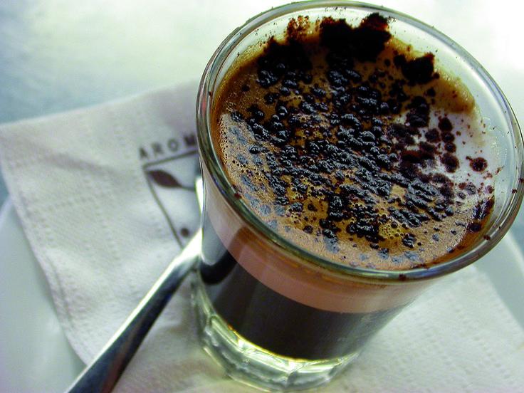 Quando avvicina la tazza di #caffè alle sue labbra sembra che stia per mordere il frutto dell'albero del bene e del male... http://www.linoscoffee.com/ita/franchising-bar/