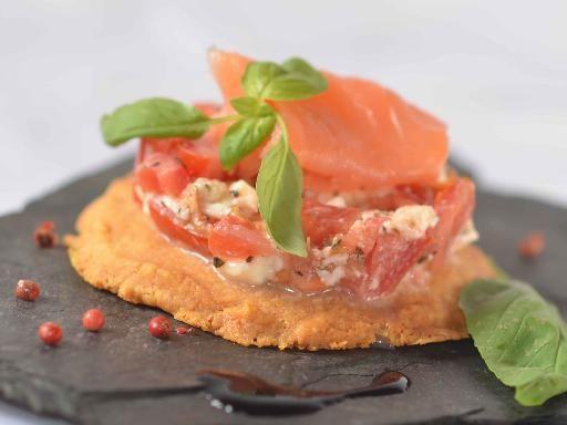 Tartare de tomates mozzarella et saumon fumé sur sablé au parmesan