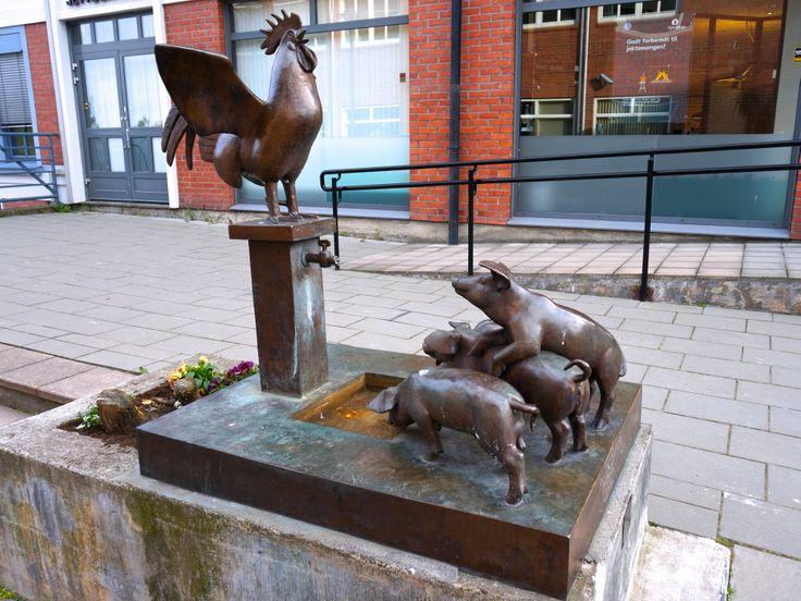 """""""Vannpost med hane og grisunger"""" av Skule Waksvik (1927 - ) Storgata"""