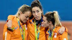#rio2016 ZILVER De Britse speelsters hadden Nederland vorig jaar in de finale van het EK verslagen. Net als toen was Oranje nu opnieuw technisch de betere, maar andermaal bleek ook dat de Britse onverzettelijkheid uiteindelijk toch de doorslag geeft. Bovendien ging de opponent veel beter met de kansen om. Waar de rushes van de uitstekend spelende Naomi van As stierven in schoonheid en Maartje Paumen zelfs een strafbal miste, scoorden de Britsen via Lily Owsley en Crista Cullen. De laatste…