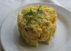 Tadına doyamayacağınız çok lezzetli bir patates salatası tarifi. İçinde yumurta ve turşu da bulunan doyurucu ve sağlıklı bir salatadır.