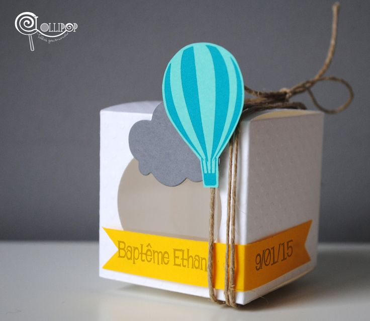 Boîte à dragées en forme de cube pois blanc et montgolfière turquoise