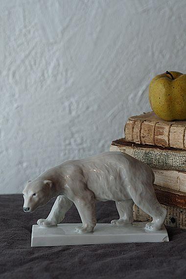ましろの雪、冬の北極クマ-porcelain polar bear 北限により近く、という事か、イギリスのお品より断然モチーフとしての親近感強いドイツは、フラウロイト窯 1919年〜1926年の間のオブジェ。雄々しく悠然とした歩みのポーラーベアは表情が決まる眼の描き方がとても良く、斜め上への目線きりっと決まっております。お鼻の角に僅かに釉薬の擦れ、台座向かって右角にスライス状チップが御座います。