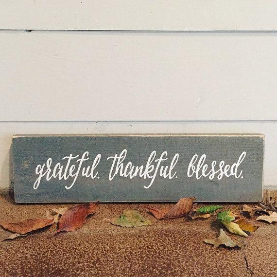 Dankbar. Dankbar. Gesegnet. Holz-Zeichen | Zurückgefordert Holz Zeichen | Home Dekor | Thanksgiving Dekor | Feiertagsdekorationen  PRODUKT-BESCHREIBUNG: Dankbar. Dankbar. Gesegnet. Holz Schild. Diese handgefertigten rustikalen Zeichen ist das perfekte Urlaub Dekor Stück :) Sieht gut aus auf einem Kamin-Kaminsimses! Das Holz zur Erstellung dieses Zeichen besteht aus Altholz und Zeichen, die nicht repliziert werden kann. Dazu gehören Haken zum Aufhängen. Jede Bestellung wird nach Maß und von…