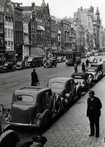 "1940. The ""Maandag Beursdag"" in Amsterdam generates a lot of traffic at Damrak between one and two pm. Photo Henk Valks. #amsterdam #1940 #Damrak"