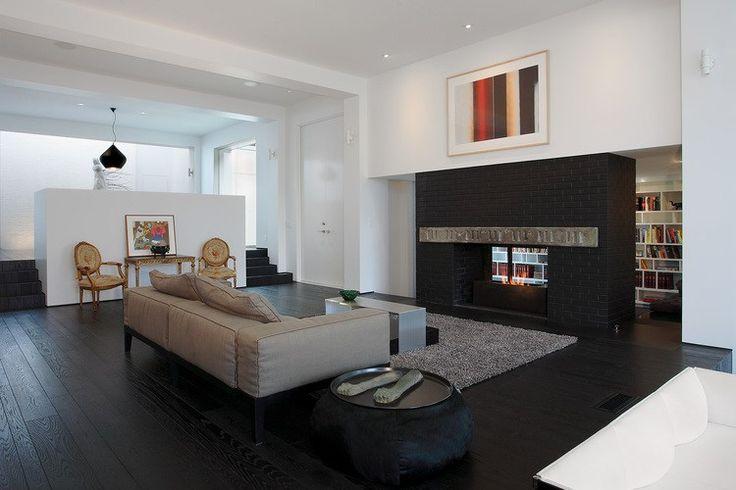 Descubre la elegante reforma de esta casa de mediados de siglo #hometour #reforma #arquitectura #SKB #RockyRochonDesing #vivienda #casa #moderna #diseño #salon #chimenea