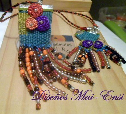 Hecho en telar de bisutería (jewelry loom), con hilo de seda, aplicación a crochet y mostacilla