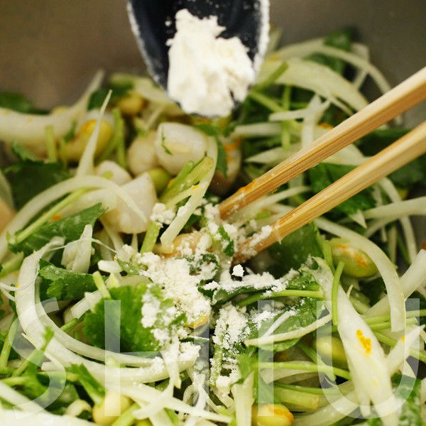 〈青大豆と小柱のかき揚げ〉2. 具材を混ぜる : たべるん。