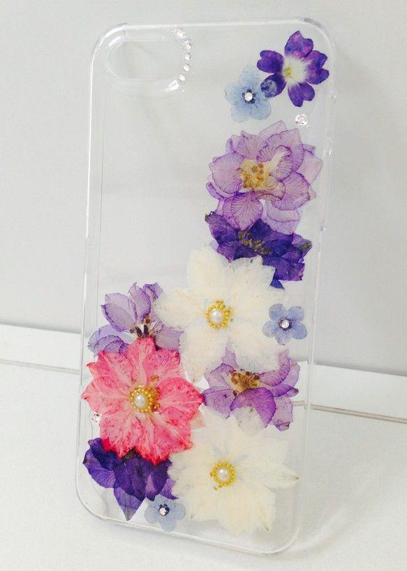 押し花をレジンで閉じ込めたiPhoneケースです。 ハンドメイド、手作り、手仕事品の通販・販売・購入ならCreema。