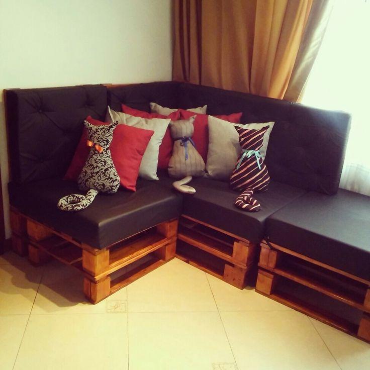 Sofá hecho con estibas de madera