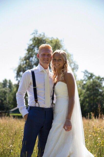 Prachtige foto van blije bruidspaar met bretels tijdens hun bruiloft. De bruidegom had een persoonlijke afspraak gemaakt voor stijladvies op www.bretels.nl. En het resultaat mag er wezen. #bretels #suspenders #braces #heinstrijker #dutchdandy #suits #suit #dandy #dandysyle