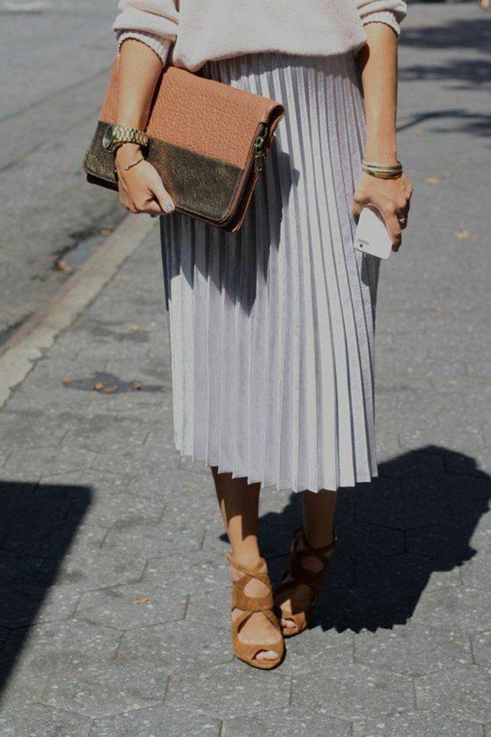 jolie jupe plissée grise, talons sandales femme marrons