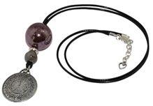 Wisior z kamieniami ceramicznymi  i ozdobą zawieszką imitującą tarczę zegara, na eleganckim sznurku jubilerskim.