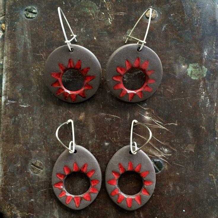Pendientes en gres con óxido de hierro y esmalte rojo con cierre de plata.