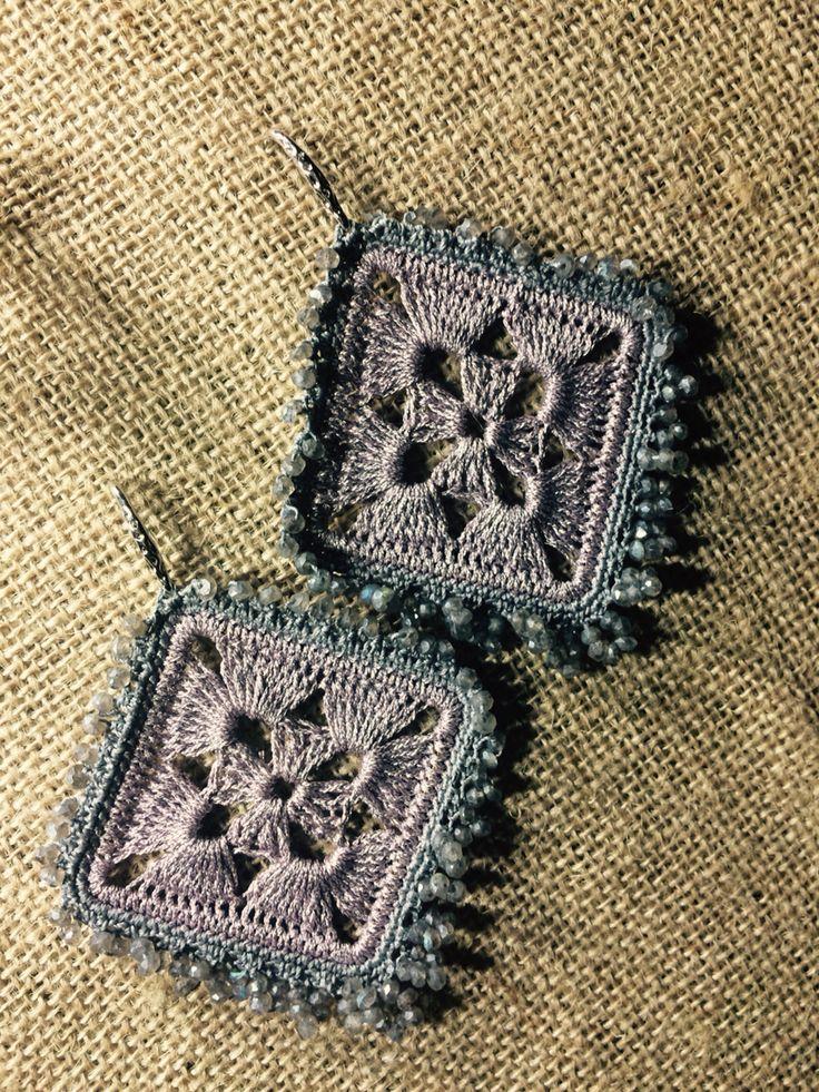 Orecchini realizzati con uncinetto, filo di cotone, argento 925 e Labradorite