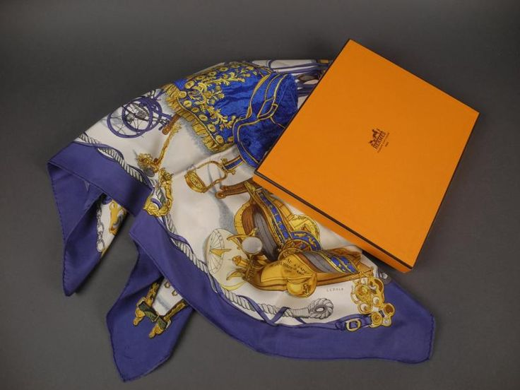 """HERMES Foulard en soie """"Musée"""", signé LEDOUX, Bordure bleue Dans une boîte EN BON ETAT - Aguttes - 19/03/2014"""
