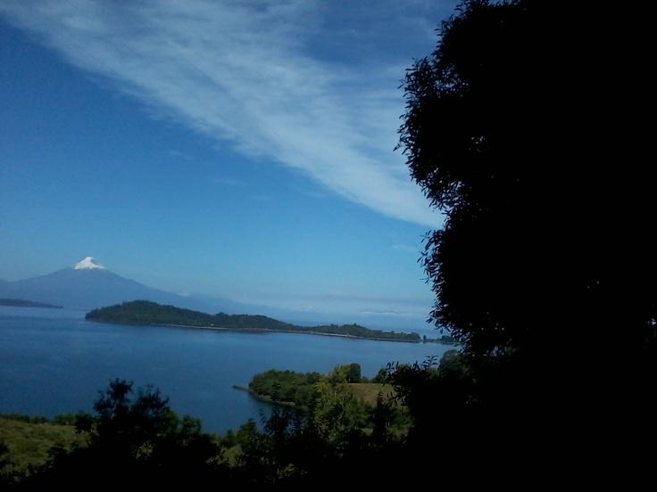 Puerto Octay y atrás se ve el volcán Osorno.